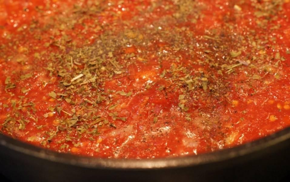 А сами тем временем приготовим соус. Для этого наливаем в сковородку или сотейник растительное масло и обжариваем на нем до прозрачности нарезанный мелко лук. Затем очищаем помидоры от кожицы и перетираем их в пюре, выкладываем на сковородку к луку, добавляем специи. Болгарский перец чистим, промываем и также мелко нарезаем, и как только соус закипит, выкладываем его на сковороду. Затем соус солим и варим на медленном огне в течение 10 минут.