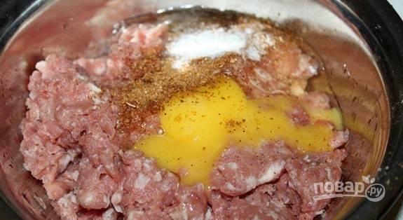 В фарш добавьте соль, приправы, перец и яйцо.