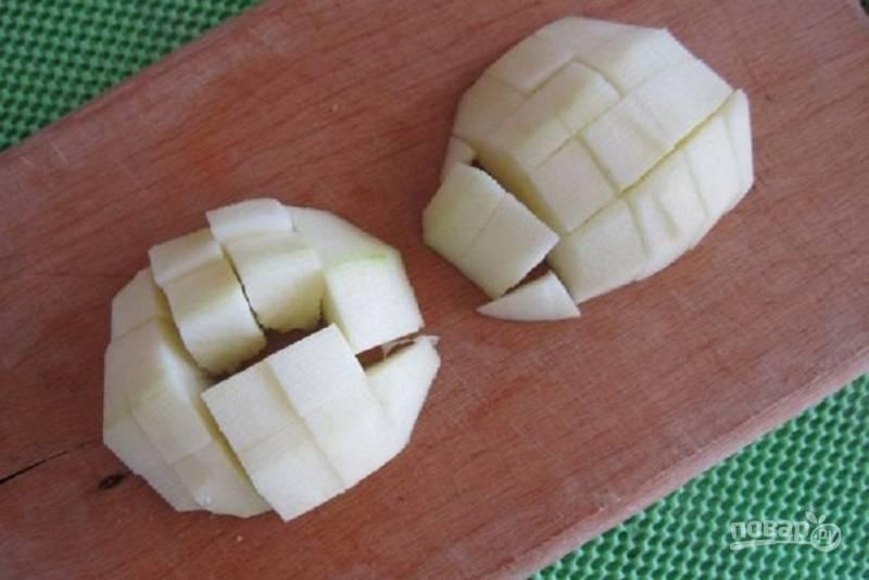 Очистите яблоки от кожуры, нарежьте мелкими кубиками, выложите на яйца и смажьте майонезом.