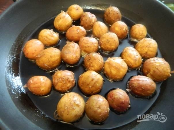 3. Разогреваем на сковороде растительное масло и выкладываем подготовленный картофель в один слой и солим.