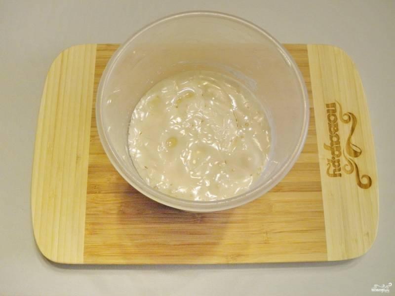 Влейте кислое молоко и масло оливковое. Миксером соедините.