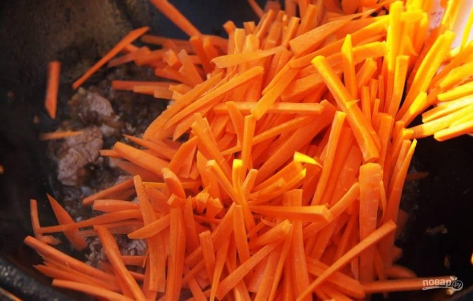 Добавьте морковь. Влейте воду, чтобы она покрыла все ингредиенты.