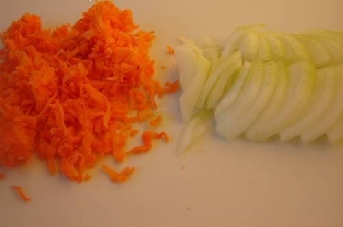 2. Очистите и нарежьте мелкими кубиками луковицу. Вымытую и очищенную морковь натрите на средней или мелкой терке.