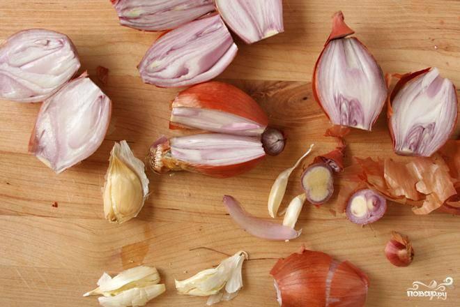 2. Перемешать мелко нарезанный лук-шалот, измельченный чеснок, горчицу и 1 столовую ложку оливкового масла. Смазать свинину со всех сторон. Положить поверх трав. Запекать в духовке 1 час.
