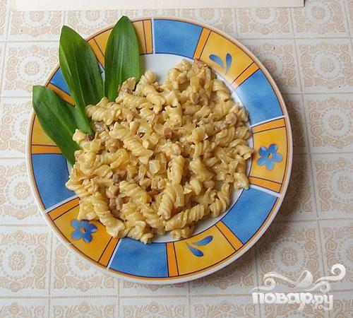 4.К грибам добавляем макароны, затем овощной бульон и три минуты тушим. Добавляем сушеного базилика и предварительно выдавленного чеснока. Можно добавлять ложку сметаны. Блюдо готово.
