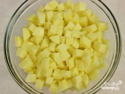 4. Картофель нарезаем кубиком побольше.
