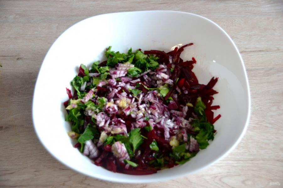 Залейте свеклу салатной заправкой, добавьте измельченный лук, листочки петрушки.