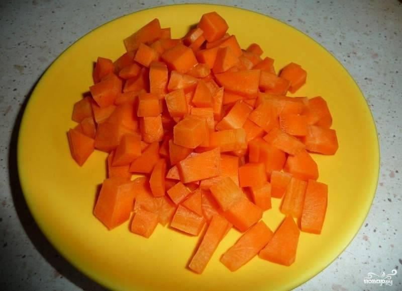 Морковь так же режем кубиками или брусочками на ваше усмотрение.