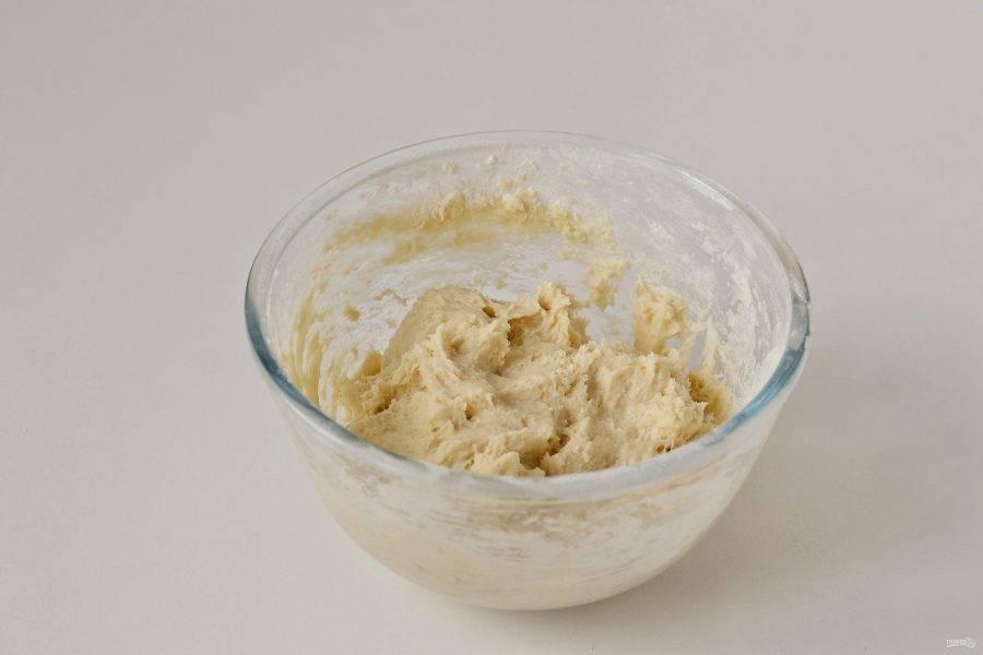 Добавьте в начале половину муки и воду, перемешайте до однородной консистенции. Затем добавьте оставшуюся муку, разрыхлитель и продолжайте замешивать тесто.