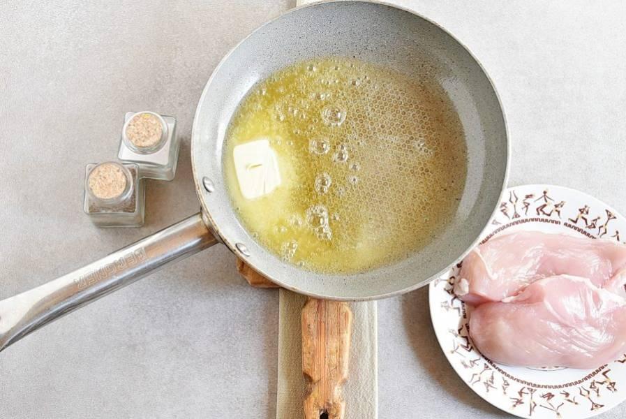 Растопите сливочное масло в сковороде с толстым дном. Масло должно прогреться, но не раскалиться, огонь умеренный.