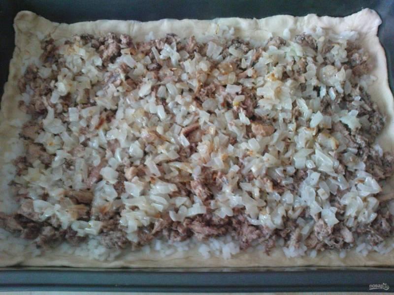 Далее выложите сайру и лук. Добавьте соль и перец.