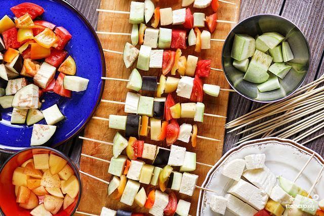 Нанизывать овощи можно в разном порядке. Главное чтоб, ассорти из кубиков нравилось вам самим.
