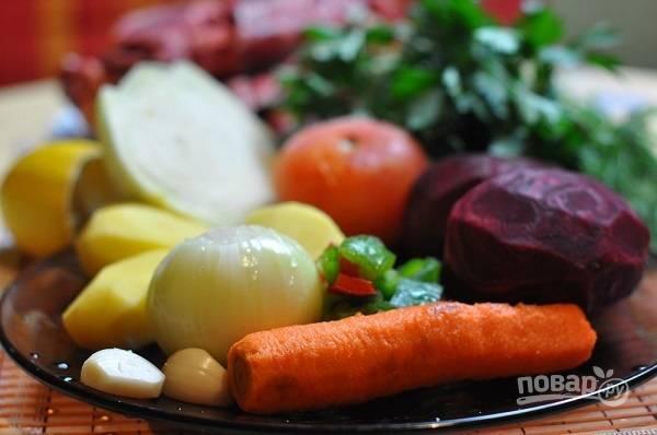 """1. Вымойте свинину, обсушите её и выложите в чашу мультиварки. Залейте чистой водой, установите программу """"Суп"""" или """"Мясо на кости"""" и варите около 40-60 минут (в зависимости от мощности вашей мультиварки). Тем временем можно очистить овощи."""