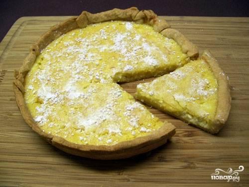 6. Перед подачей остудите и по желанию присыпьте сахарной пудрой или цедрой лимона, например. Вот и все, пирог с творожной начинкой в домашних условиях готов.