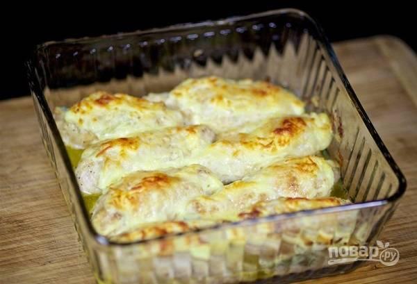15. Невероятно вкусная и сочная куриная грудка готова. Подавайте к столу блюдо с гарниром, овощами или соусом по вкусу.  Приятного аппетита!
