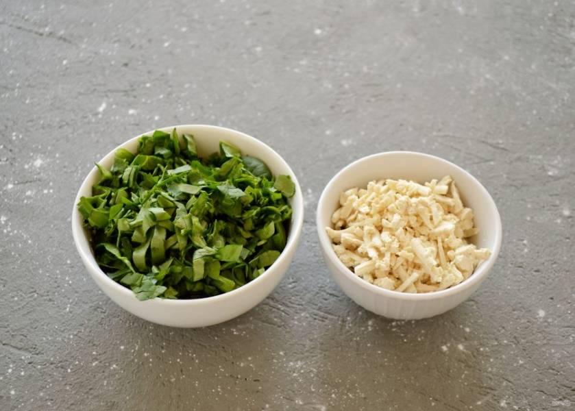 Натрите на крупной тёрке тофу, зелень мелко измельчите ножом.