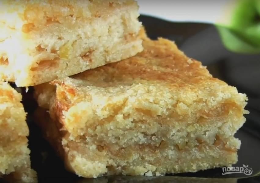 6. Охладите готовый пирог и нарежьте порционными кусочками.