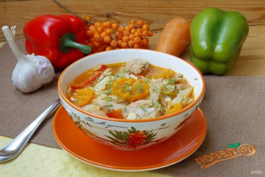 В миску выложите лапшу, залейте супом и подавайте к столу, посыпав зеленью.