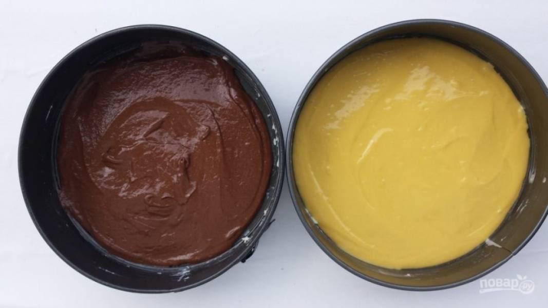 8.Две формы для выпекания смазываю маслом, половину теста выливаю в одну форму, ко второй половине теста добавляю какао и еще раз перемешиваю миксером, затем выливаю шоколадное тесто во вторую форму.