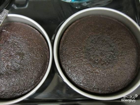 2.Заранее разогрейте духовку до 180-190 °С. Выпекайте 25-35 минут, затем с помощью зубочистки проверьте бисквит на готовность. В случае необходимости пеките еще какое-то время, пока тесто полностью не пропечется. Готовые шоколадные коржи выложите остывать, не вынимая из формы.