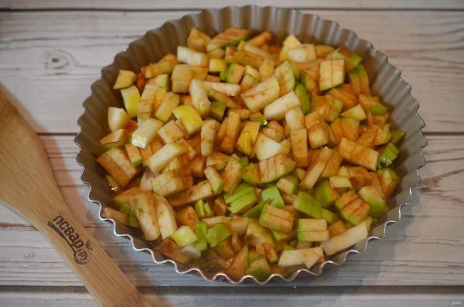 8. Затем выложите яблоки.