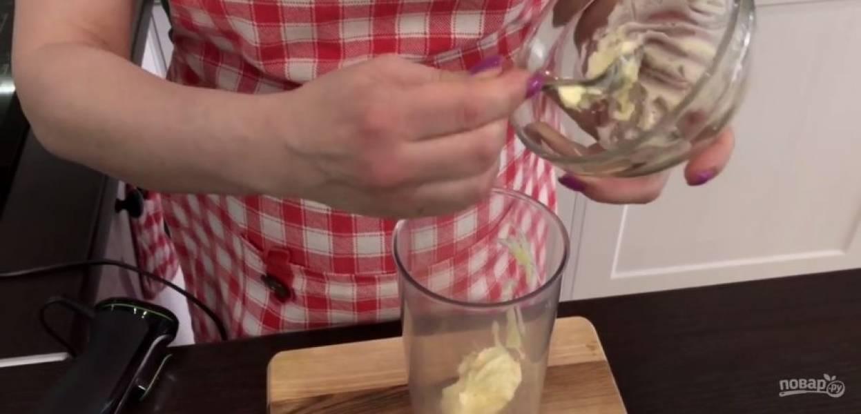 1. Мягкое сливочное масло взбейте миксером или венчиком в течение 2 минут, после чего добавьте сахар и взбивайте в течение 2-3 минут. Добавьте кефир и перемешайте.