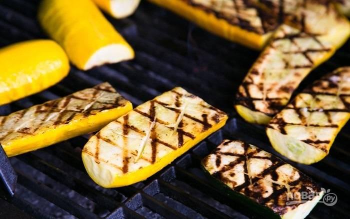 7.Смажьте кабачки с другой стороны чесночным маслом и готовьте еще 3-4 минуты.