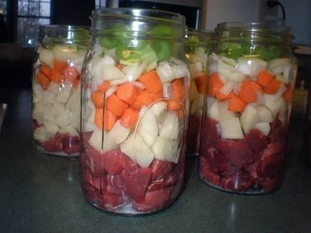 1. Итак, мясо режем кусочками, пересыпаем солью и оставим на полчаса. Затем выкладываем в стерильные банки, добавим специи и овощи слоями.