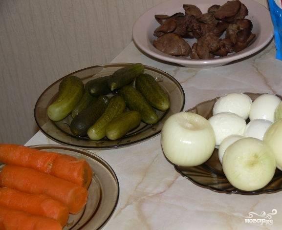 1.Перед тем как приготовить салат с печенью и солеными огурцами, отварите до готовности продукты. Печень отварите 20 минут в воде с добавкой соли. Яйца очистите от кожуры. Сварите морковь, почистите её. Печень порежьте на мелкие кусочки или натрите на терке.