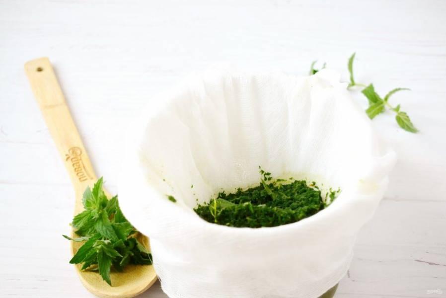 Процедите ароматную смесь через марлю, сложенную в 3-4 слоя. Хорошо отожмите.
