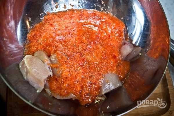 6. Выложите в маринад курицу. Перемешайте и оставьте на полчасика (свинину можно оставить на 2-3 часа).