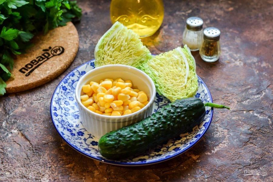 Подготовьте необходимые ингредиенты. Откройте консервированную кукурузу, слейте сок.