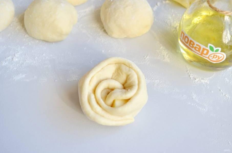 10. Сверните тесто в рулетик и поставьте булочку. Получится вот такая розочка.