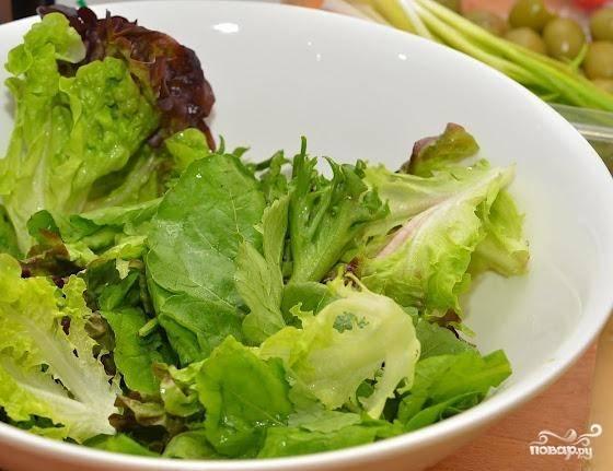 Листья салата промыть, обсушить и нарвать.