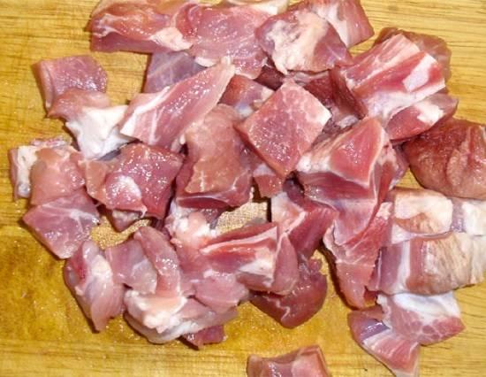 1. Перед началом процесса необходимо тщательно промыть рис и оставить его в холодной воде. Мясо вымыть, просушить и нарезать небольшими кусочками.