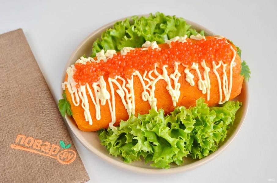 7. Спустя 6 часов салат осторожно разверните, переложите на блюдо с зеленью. Сверху полейте майонезом и положите по центру икру. Вот такой красивый салат получается!