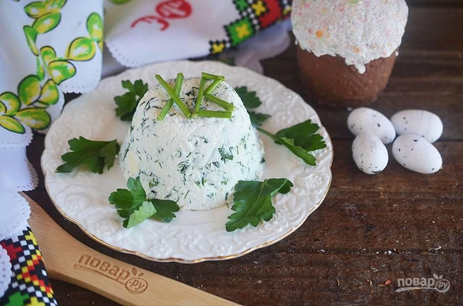 6. При подаче достаньте из формы пасху, переверните на блюдо и украсьте зеленью.