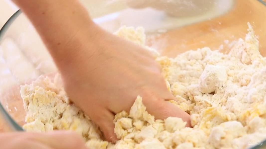 5. Вначале замешайте тесто ложкой, а потом — руками.