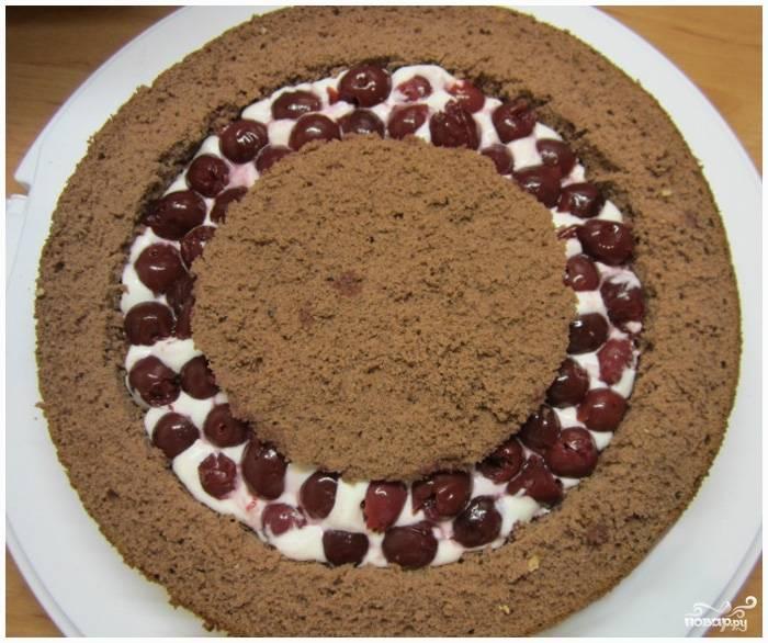 Шаг 8. Положите вишни в пространство между двумя бисквитными кругами.