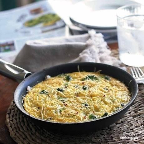 Готовый омлет достаем из духовки, посыпаем тертым сыром - и кушаем!