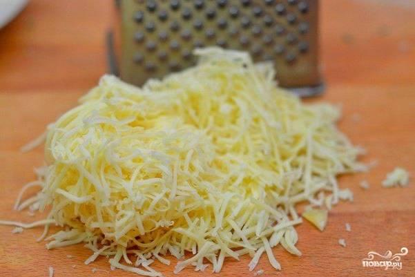 Сыр натрите на обычной терке.