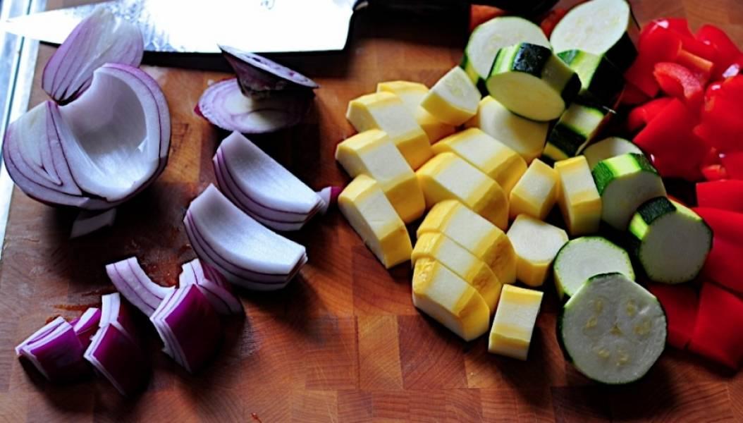 1. Овощи промойте и нарежьте, кабачки - кружочками, лук разрежьте четвертинками, болгарский перец - квадратиками.