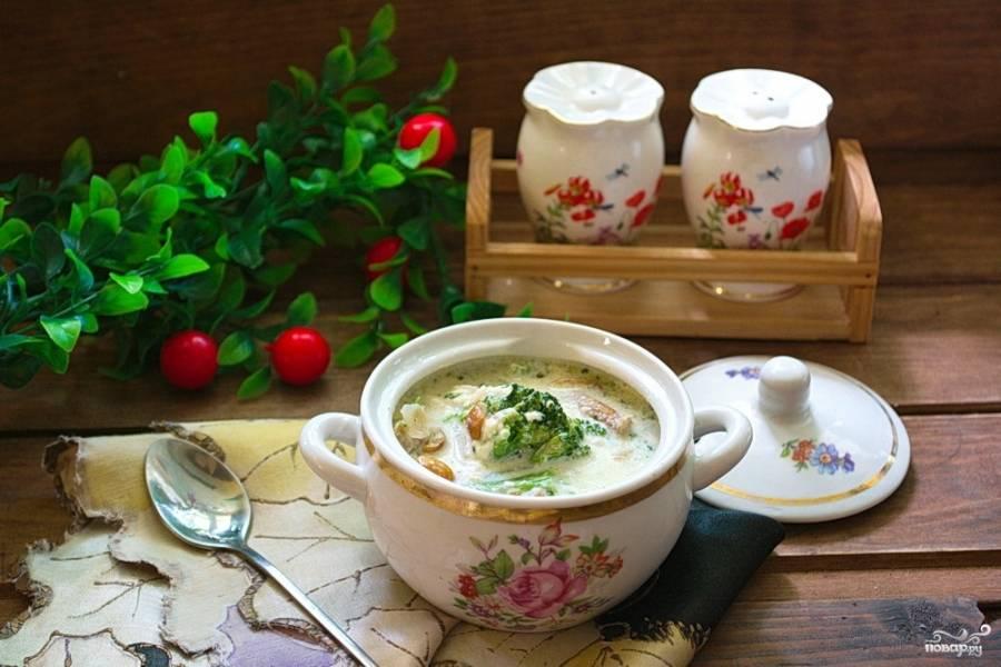 Подайте блюдо к столу. Очень удобно подавать блюдо как жаркое в небольших горшочках или вот в таких порционных кастрюльках.
