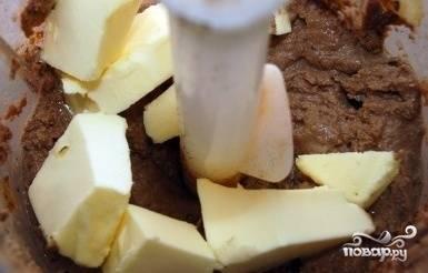 Добавьте сливочное масло (10 г оставьте на следующий шаг) и взбейте паштет до пышного состояния.