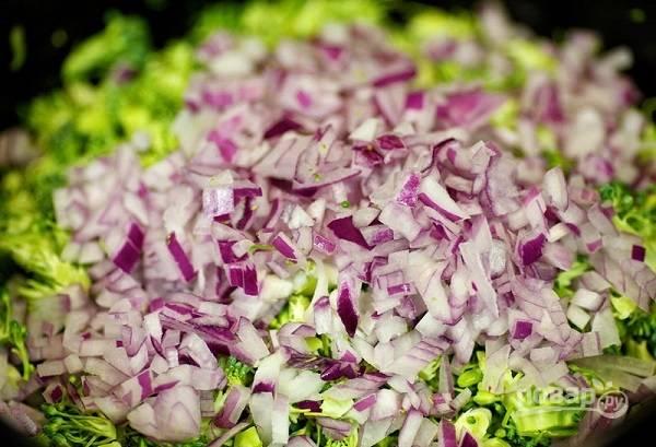 3. Измельчите луковицу кубиками. Лучше всего взять красный лук, чтобы салат не горчил. При желании также можно замариновать лук предварительно.