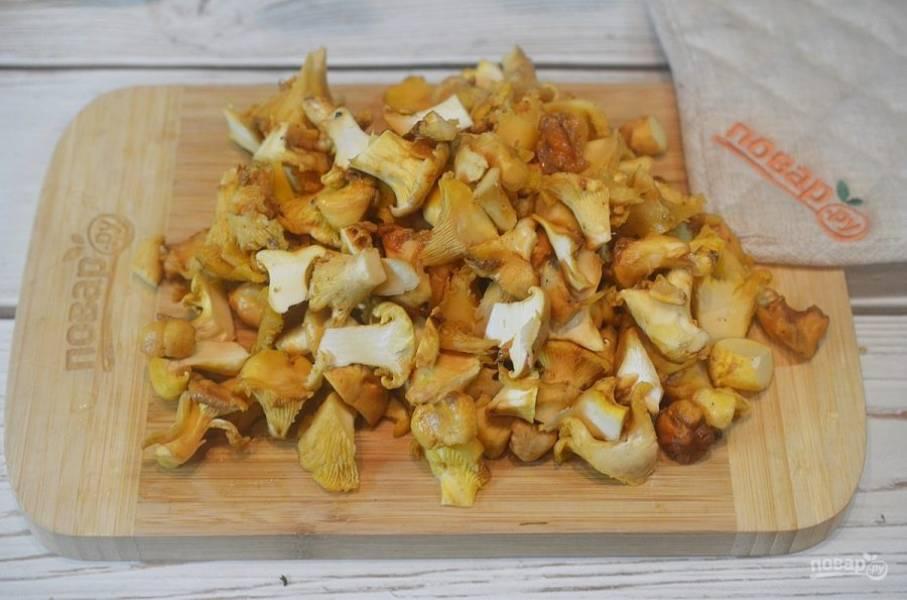 2. Крупные грибы нарежьте, мелкие оставьте целыми.