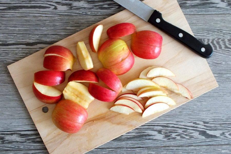 У яблок удалите семенную коробочку. Нарежьте на ровные ломтики. Толщину можете выбрать на своё усмотрение.