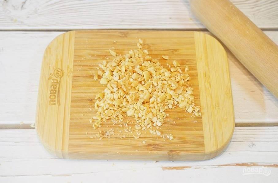 1. Арахис подсушите на сковороде или в духовке, затем измельчите. Я просто прокатываю по орехам скалкой.