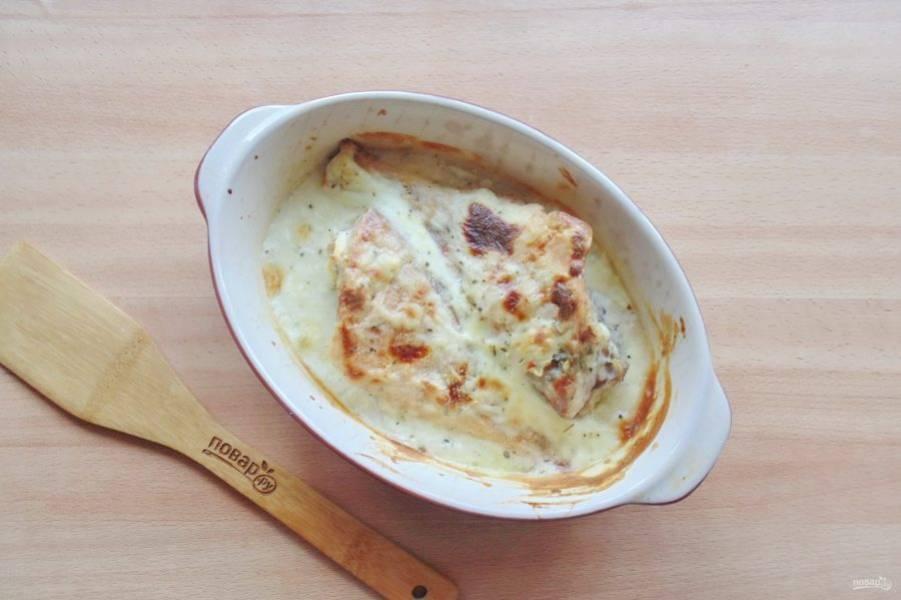 Запекайте рыбу в духовке 20-25 минут при температуре 180-185 градусов.