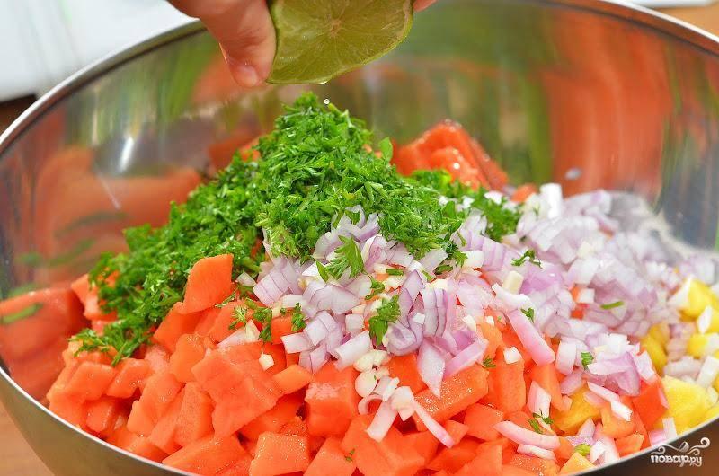 Смешиваем все нарезанные ингредиенты, добавляем соль и сок половины лимона. При желании, можно добавить еще какой-нибудь фрукт или овощ - на ваше усмотрение.